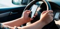 Aprovado texto que aumenta punição para uso de celular ao volante.
