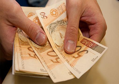 Governo cogita suspender aumento real do mínimo para conter gastos.